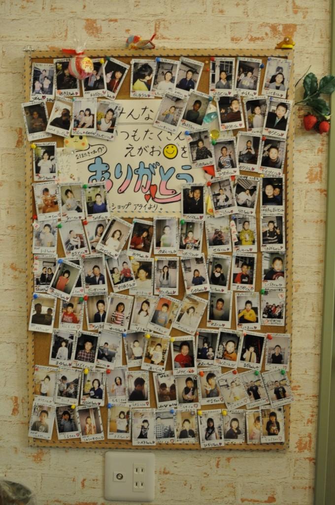 子たちの写真が張られた手作りのボード。